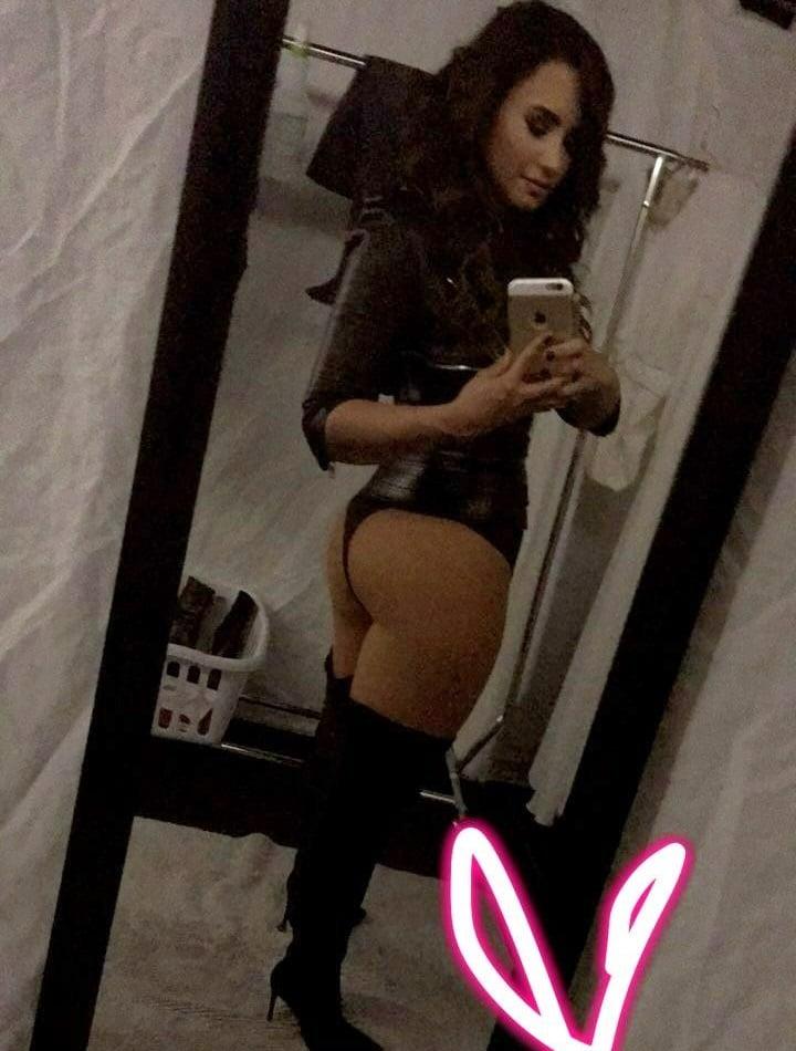 Demi Lovato Titts photo 21