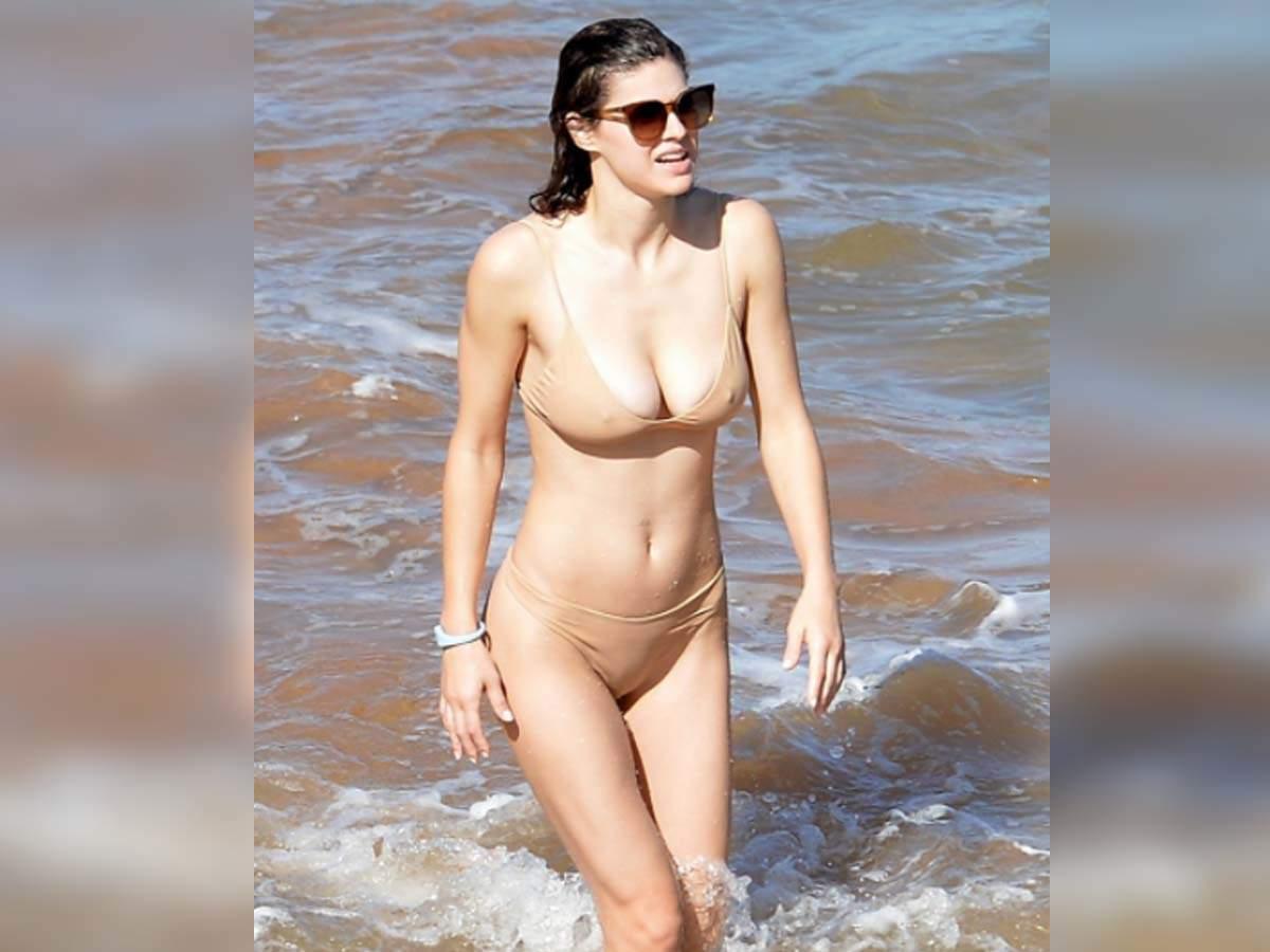 Alexandra Daddario Hot Body photo 8