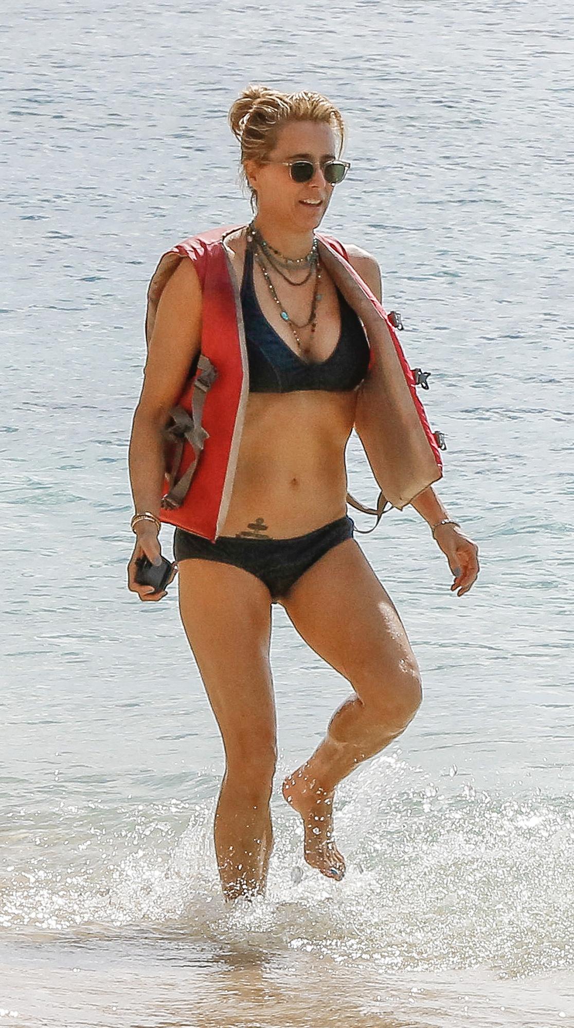 Tia Leoni Hot Pics photo 11